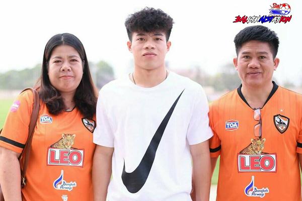 """ดาวรุ่งพุ่งแรงของวงการฟุตบอลไทยสำหรับ """"บุ๊ค""""เอกนิษฐ์ ปัญญา แข้งวัย 20 ปี"""